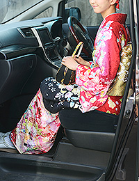 振袖で車に乗る。両足を揃えて回転。