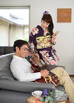 振袖を着た娘と父親