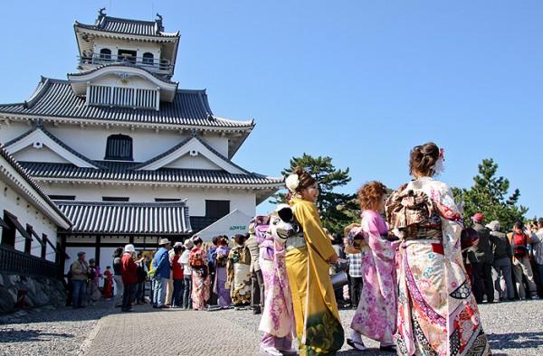 長浜城を散策する振袖姿の女性