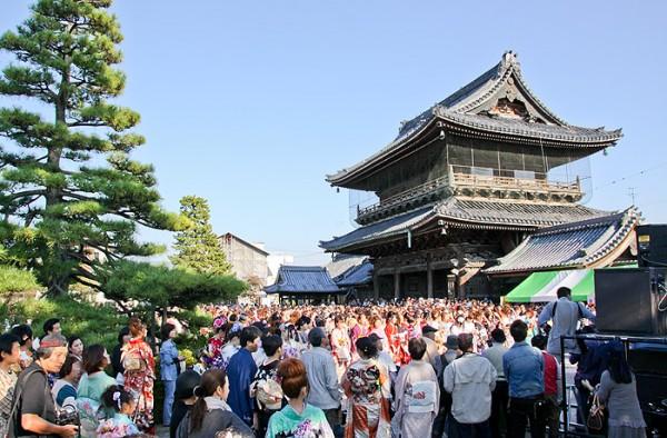 大通寺に集まる振袖・着物姿の女性達